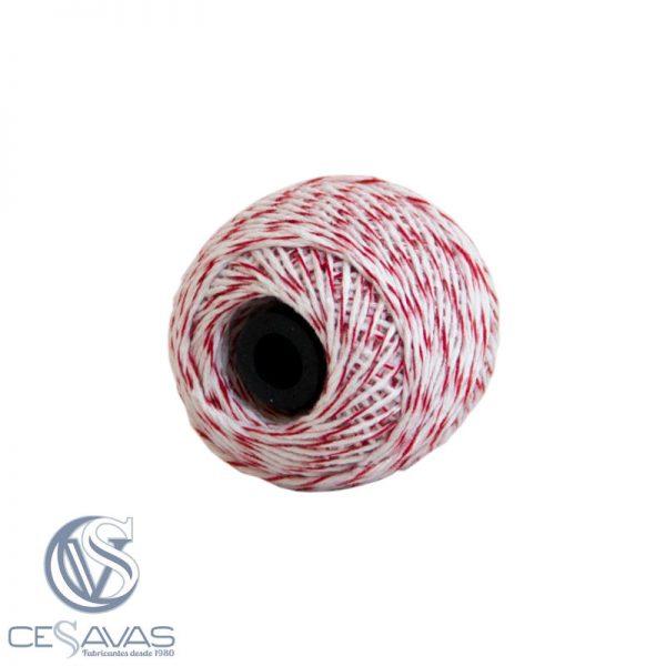 Ovillo de hilo en color blanco y rojo